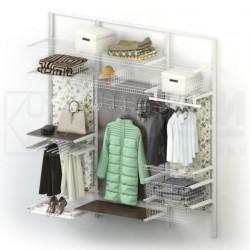 Гардеробная с вешалками для верхней одежды