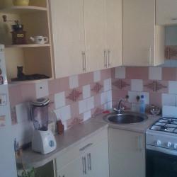 Угловая кухня светлая со столешницей 38 мм