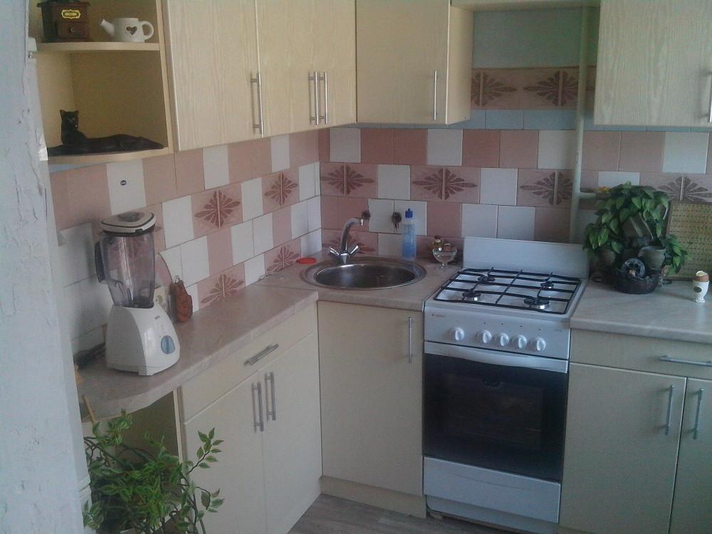 Угловая кухня светлая со столешницей 38 мм 3